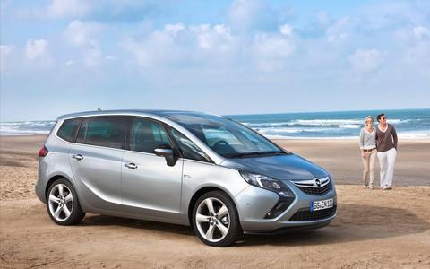 """Ab 22.950 Euro: Reisen erster Klasse im neuen Opel Zafira Tourer. Was bislang meist nur den Insassen von Fahrzeugen der Oberklasse vergönnt war, kann nun jeder Autofahrer im neuen Opel Zafira Tourer – der """"Lounge auf Rädern"""" – genießen"""