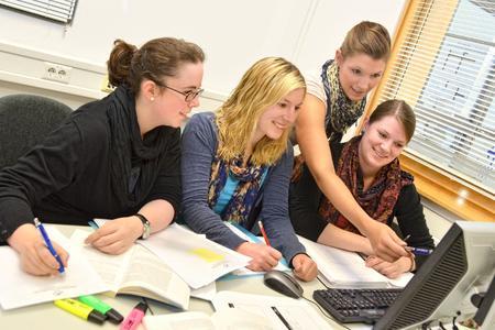 Studierende des Kommunikationsmanagements bei der Auswertung der Befragung: (v.l.) Svenja Niederhöfer, Carina Trudrung, Sonja Pult und Saskia Kampmeyer