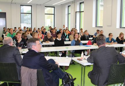 Interessiert lauschten die rund 60 Zuhörer und Zuhörerinnen den Beiträgen der Expertinnen und Experten zur Einwanderungsdebatte