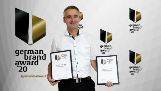 Thomas Kamm (Marketingleiter Fendt-Caravan) mit den beiden Awards