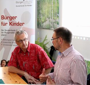 """v.l. Helmut Haberkamm und Otto Fößel infomieren die Zuhörer zum Projekt """"Lesepate"""" (© Foto: HJKrieg, Erlangen)"""