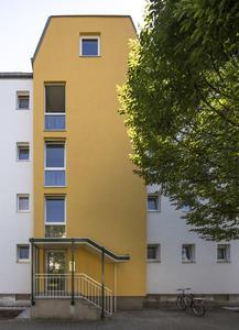 Goldocker verbindet: Histolith Goldocker 20 an den Treppenhäusern wird an den Fensterbändern auf Vorder- und Rückseite aufgegriffen. Der einheitliche Akzentton vermittelt Zusammengehörigkeit und prägt das Gebäude sehr markant, Foto: Caparol Farben Lacke Bautenschutz/Martin Duckek