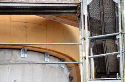 Besonderes Verarbeitungs-Know-how gefragt: Um die Biegung des Gebäudekorpus' auf die schwereren und oberflächenhärteren Holzfaserdämmplatten des Typs INTHERMO HFD-Exterior Compact zu übertragen, war eine besondere Verarbeitungsmethodik erforderlich, die INTHERMO und ZÜBLIN Timber gemeinsam entwickelten. Foto: Achim Zielke für INTHERMO, Ober-Ramstadt; www.inthermo.de