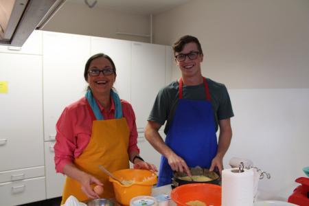 Beim International Baking Event in der evangelischen Familien-Bildungsstätte Osnabrück bereiten Juli und Keegan gemeinsam leckeren Butterkuchen zu