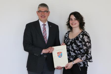 Landrat Manfred Görig gratulierte Elisabeth Roth zum abgeschlossenen Studium. Foto: Gaby Richter