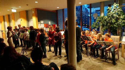 Landenberger Lerchen und Kinderorchester Weimar beim traditionellen Weihnachtskonzert am 05.12.2018 im Johannes-Landenberger-Förderzentrum Weimar (©Johannes-Landenberger-Förderzentrum Weimar)