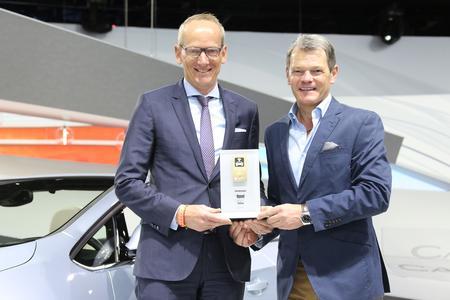 Preisübergabe: Opel-Chef Dr. Karl-Thomas Neumann (links) bekommt den Connected Car Award für Opel OnStar von Tomas Hirschberger, Stellvertretender Chefredakteur bei Auto Bild © GM Company