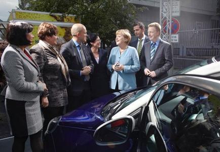 Bundeskanzlerin Angela Merkel zeigte großes Interesse am neuen Opel ADAM beim Sommerfest der Landesvertretung Thüringen in Berlin. Mit dabei: Thüringens Wirtschaftsminister Christoph Matschie (rechts) und Ministerpräsidentin Christine Lieberknecht (links neben der Bundeskanzlerin)
