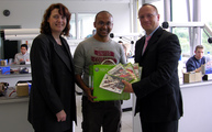 Holger Puchalla von der Zentralstelle für Weiterbildung im Handwerk (r.) überreichte die Xbox in der Zahntechnikerwerkstatt des HWK-Bildungszentrums an Johannes Fernandes aus Hamm (M.). Projektkoordinatorin Silke Drews von der HWK Dortmund gratulierte