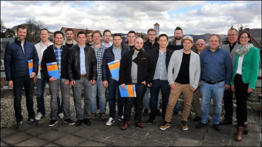 Die Jungmeister aus dem Teilzeikurs an der Gewerblichen Schule Metzingen mit ihre Prüfern, Foto: Handwerkskammer