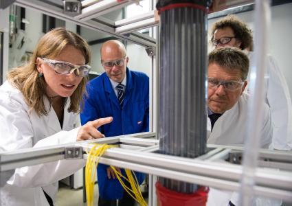 Tag 2 der 'Umwelt Unternehmen'-Tour  führte Umweltsenator Dr. Joachim Lohse (r.) unter anderem ins Zentrum für Umweltforschung und nachhaltige Technologien (UFT), wo er sich das Projekt 'Rückgewinnung von Gold und anderen Edelmetallen aus Stäuben' erläutern ließ