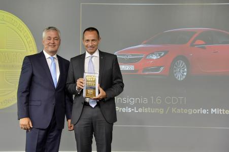 Auto Test-Sieger 2016: Opel Insignia gewinnt seine Klasse; Opel Deutschland-Chef Jürgen Keller (rechts) bekommt den Preis von Auto Test-Chefredakteur Michael Iggena / Foto: Adam Opel AG