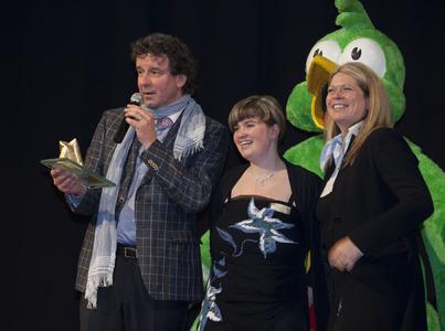 Heike Gebauer (r.) und Katarina Grimm nahmen auf der ITB die Auszeichnung für das Landhotel Spornitz vom Reiseunternehmer Mathias Finck entgegen