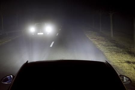 Grelle Blendung: Ohne LED-Matrix-Licht von Opel wird das entgegenkommende Fahrzeug durch das Fernlicht geblendet