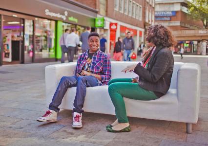 """""""Mach mal Pause! – Straßenaktion junger Studenten mit dem Sabbat-Sofa in London © Foto: thesabbathsofa.org"""