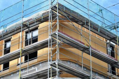 Intelligente Konstruktion: Alle 30 mm erfolgte ein max. 75 mm tiefer Einschnitt in die Rückseite der Holzfaserplatten, um die 120-Grad-Krümmung des Baukörpers auf die Dämmung der Umfassungselemente übertragen zu können. Foto: Achim Zielke für INTHERMO, Ober-Ramstadt; www.inthermo.de