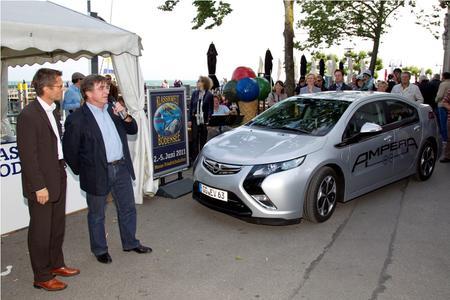 Sonnige Messeeröffnung: Messechef Klaus Wellmann begrüßt Elmar Wepper nach der symbolischen Fahrt des Opel Ampera an der Hafenmole Friedrichshafen