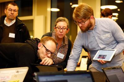 Im Maker Space zeigt Matthias Haist, mediale pfade.de, wie man OER-Materialien mit HackMD erstellt © dkjs/A. Grasser