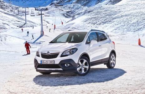 Die Modelle von Opel bieten vom adaptiven Allradantrieb über das Sicherheitslichtsystem AFL+ bis zur Lenkrad-/Standheizung moderne Technologien und Assistenzsysteme, die das Fahren bei schlechter Sicht, Dunkelheit, Schnee und Eis sicherer und komfortabler machen. Besonders wirkungsvoll bei Schnee und Eis ist der adaptive Allradantrieb (AWD = All Wheel Drive) im Opel Mokka (Bild), mit dem der neue subkompakte SUV auch auf winterlichen Pfaden fest zupackt