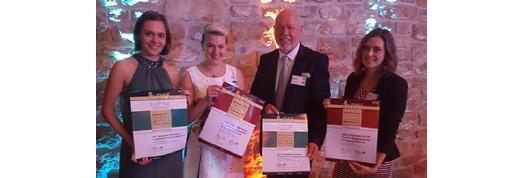 Über die Auszeichnungen freuen sich aus dem Palatin Direktor Klaus Michael Schindlmeier mit (v.l.n.r.) Lisa Aenis, Jenny Reichsthaler und Nathalie Dourthe