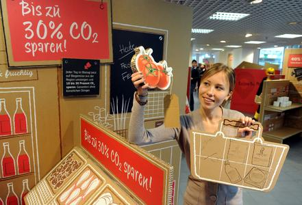 Lena lernt beim Einkaufen im Klimamarkt wie sich Ressourcen und CO2 einsparen lassen