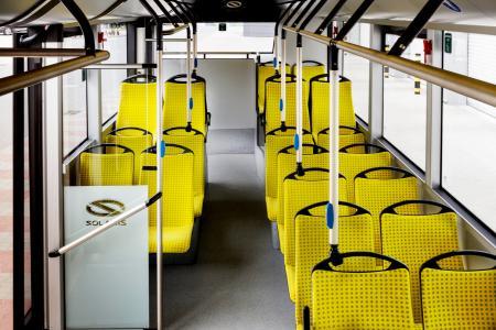 """Der """"Bus des Jahres 2017"""" zeichnet sich durch Handläufe aus einer antimikrobiellen Kupferlegierung aus / Bild: Solaris"""