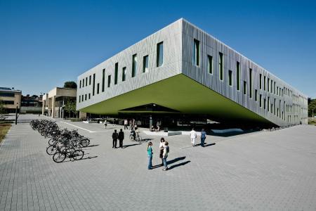 Neben dem Job BWL studieren: Das Weiterbildungsprogramm ZERTflex bietet Berufstätigen die Möglichkeit, sich an Wochenenden am Campus Westerberg mit ausgewählten Grundlagen der Betriebswirtschaftslehre vertraut zu ma-chen. (Foto: Hochschule Osnabrück)
