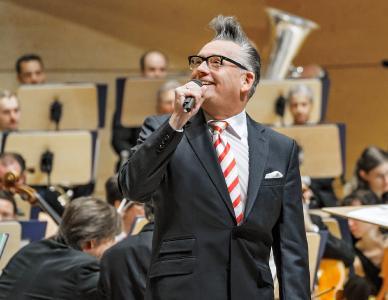 Götz Alsmann aus dem Alfried Krupp Saal der Philharmonie Essen (Foto: Volker Wiciok)