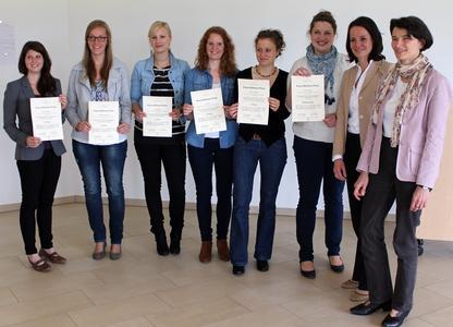 Sie haben mit ihren Arbeiten nachhaltig Eindruck hinterlassen: (von links) Carolin Klügel, Mareike Koopmann, Sara Willoh, Lisa Engel, Corinna Nieland und Anne Ewering. Sie erhielten ihre Urkunden von Dr. Sabine Schopp, geschäftsführendes Vorstandsmitglied der Rut- und Klaus-Bahlsen-Stiftung, und der Jury-Vorsitzenden Prof. Dr. Dorothee Straka von der Hochschule Osnabrück.