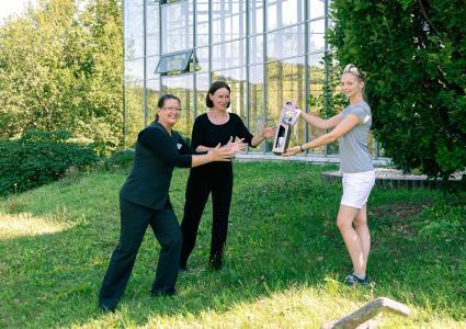v.l.: Susanne Wündsch, Franzisca Klotz und Julia II. bei der Übergabe des Dankeschöns / Foto © Toskanaworld