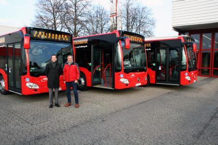 Vorstand Stephan Bartosch (links) und Unternehmensbereichsleiter Johannes Waibel bei der Vorstellung der Busse