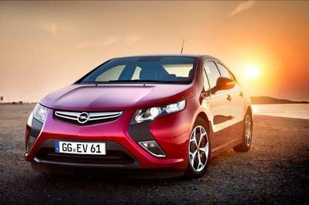 """Zum zweiten Mal in Folge hat der Opel Ampera die """"Auto Trophy"""" gewonnen. Bei der Leserwahl der """"Auto Zeitung"""" setzte er sich in der Kategorie Elektroauto klar gegen 17 Konkurrenten durch und konnte so seiner Sammlung noch eine weitere Auszeichnung hinzufügen"""