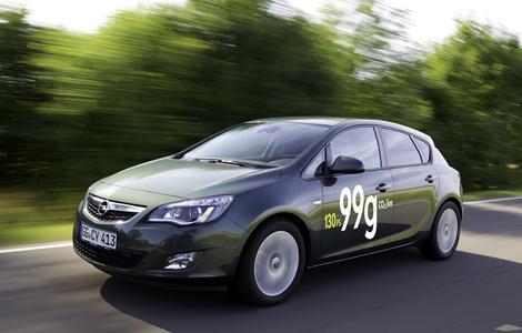 Opel auf der IAA: Auf der 64. Internationalen Automobil-Ausstellung in Frankfurt am Main (15. bis 25.09) stellt Opel auch sieben neue Modelle seiner besonders sparsamen ecoFLEX-Baureihe vor. Mit dabei: Der neue Astra ecoFLEX mit einem überarbeiteten, 96 kW/130 PS starken 1.7 CDTI-Turbodieselmotor, der mit einem maximalen Drehmoment von 300 Newtonmetern und Sechsgang-Schaltgetriebe Maßstäbe in der Kompaktklasse in Bezug auf Leistung und Fahrspaß in Europas wichtigstem Fahrzeugsegment setzt