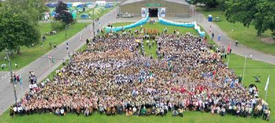 Gruppenfoto der ca. 4.000 adventistischen Pfadfinderinnen und Pfadfinder beim Camporée 2019 in Ardingly, West Sussex/England