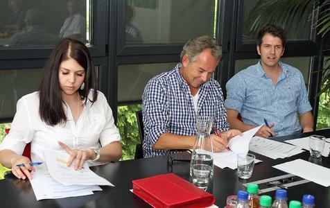 Dominic Padeffke, Michael Padeffke und Alissa Padeffke (v.l.n.r.) unterzeichnen die Vereinbarung zur Bildungspartnerschaft