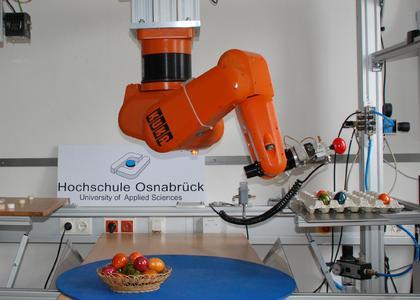 Gleich landet auch das rote Ei in der Packung: Der Industrieroboter aus dem Labor für Regelungstechnik und digitale Signalverarbeitung an der HS Osnabrück wurde von Mechatronik-Studierenden für diese Aufgabe programmiert