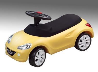 Bringt Kinderaugen zum Leuchten: Der Little ADAM von Opel für Kids von ein bis vier Jahren rollt für nur 74,99 Euro um den Weihnachtsbaum