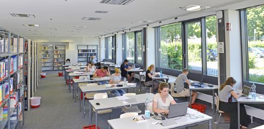 Die Bibliothek der Hochschule Worms ist ein nachgefragter Lernort. Foto / Uwe Feuerbach