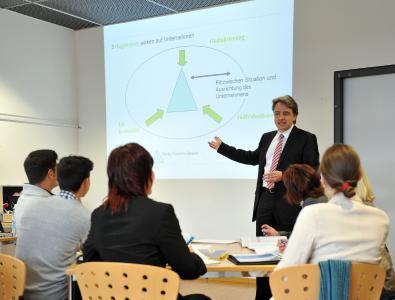 Studiengangsleiter, Prof. Dr. Thomas Mühlencoert in einer Präsenzvorlesung am RheinAhrCampus