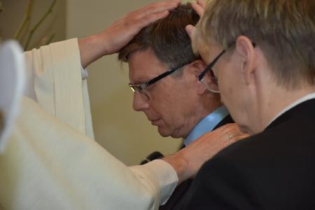 Zur offiziellen Amtseinführung von Dr. Rainer Pfrommer gehörte auch die Bitte um Segen, die durch das Auflegen der Hände symbolisiert wird