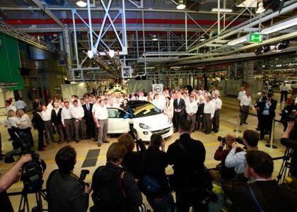 Der dreimillionste Opel aus Eisenach ist ein ADAM – hier mit der Eisenacher Belegschaft und Ehrengästen bei der Jubiläumsfeier