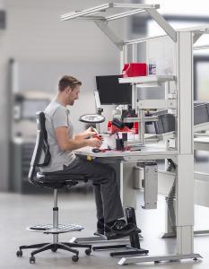 Auf Rückenfreundlichkeit sollte am Industriearbeitsplatz auch bei der Wahl der Arbeitsstühle geachtet werden. Diese unterstützen ein beschwerdefreies und konzentriertes Arbeiten / Bild: Dauphin/AGR