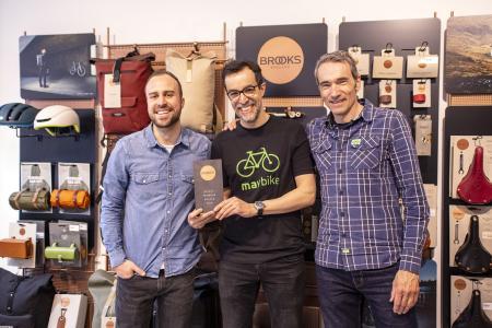 Gut gelaunt: Maybike-Inhaber Markus Mächtle (m.) bei der Display-Einweihung mit Constantin Bosch (l.) und Stephan Lanzrath (r.) von Brooks