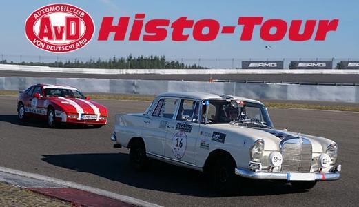 """Klassischer Mercedes 220 SE (Heckflosse) und Porsche 944 fahren in enger Formation  durch Kurve am Ausgang des Streckenabschnitts """"Mercedes-Arena"""" auf dem Nürburgring."""