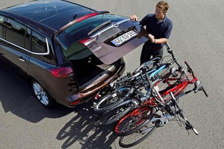 Als besonderer Clou kann das FlexFix-Fahrradträgersystem der zweiten Generation zudem auch im beladenen Zustand so abgekippt werden, dass sich die Heckklappe öffnen lässt und so der Laderaum weiterhin von außen zugänglich bleibt, auch bei vier montierten Fahrrädern