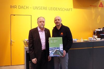 Thomas Kison von Sika erhält die EPD von Sikaplan U von Dr. Burkhart Lehmann (IBU)
