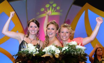 Drei neue Weinmajestäten: Prinzessin Ramona Sturm (Mosel), Deutsche Weinkönigin Annika Strebel (Rheinhessen) und Weinprinzessin Elisabeth Born (Saale-Unstrut) / Bild: www.deutscheweine.de