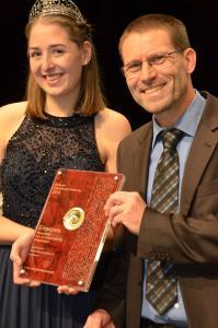 Kellermeister Alexander Spinner nahm den Landesehrenpreis aus den Händen der Badischen Weinkönigin Miriam Kaltenbach entgegen. Sie ist übrigens Europas beste Jungwinzerin