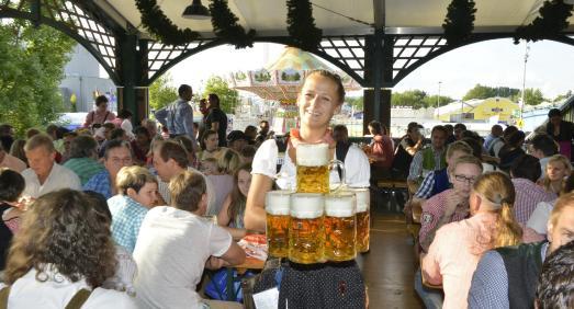 Im Bierpreisvergleich mit den anderen bedeutenden bayerischen Volksfesten schneidet das Gäubodenvolksfest Straubing gut ab. Die Maß Bier kostet beispielsweise rund 20 Prozent weniger als auf dem diesjährigen Münchner Oktoberfest / Foto: Fotowerbung Bernhard