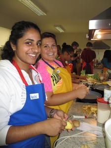 Varsh a Natarajan und Samantha Brooke Heuring schälen Kartoffeln für die tschechischen Kartoffelpuffer